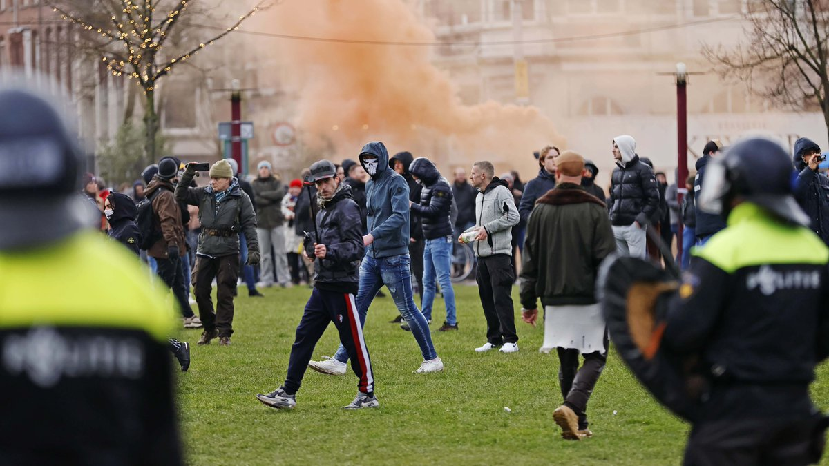 Riot police in #Amsterdam have turned a water cannon on thousands of demonstrators who against the Dutch government's COVID-19 measures on Sunday. None wore masks, and few respected social distancing rules. #COVID19