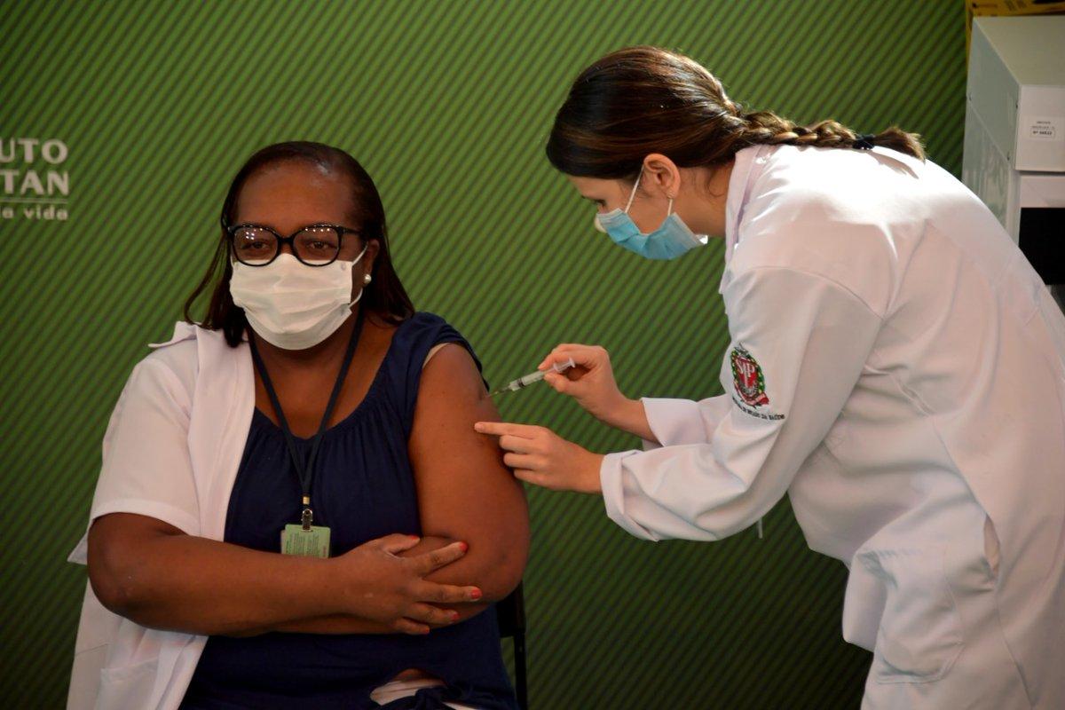 Um dia histórico! A enfermeira Monica Calazans, que trabalha há 10 meses na linha de frente, é a primeira pessoa a  ser vacinada no Brasil. Viva a ciência! Esse é início de um longo processo, portanto, é fundamental manter as medidas de proteção. A vida em primeiro lugar.