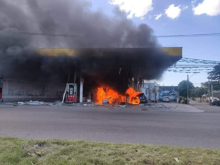 #URGENTE Incêndio neste momento no posto ao lado do Corpo de Bombeiros, na Avenida Brasil, em Guadalupe. Em breve mais informações .