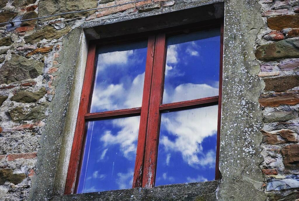 Perché oltre le nuvole c'è sempre il cielo   #sky #riflesso #finestra #window #photography #cielo #mare #windows #photographysouls #italy #photographylovers #picoftheday #windowdisplay #photographyislife #windowview #photographylover #cieloazzurro #photo…