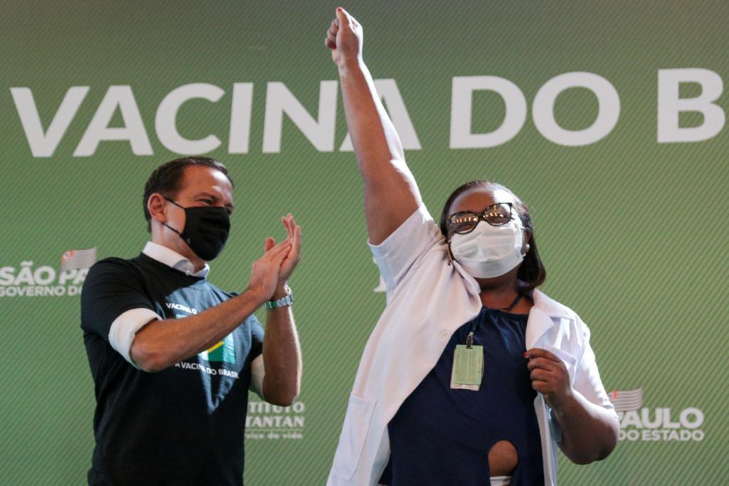 Mônica Calazans: mulher, negra, enfermeira, vive no extremo da Zona Leste de SP, a primeira pessoa a ser vacinada no Brasil. Representa não apenas os heróis e heroínas que atuam na linha de frente na pandemia, mas tmb o povo brasileiro. Finalmente os brasileiros serão imunizados.