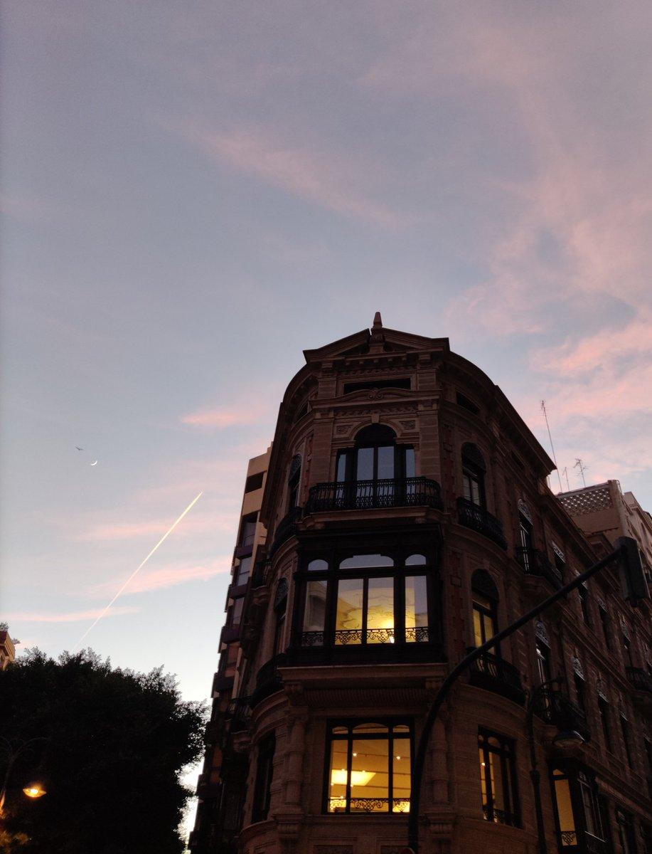 Ayer, paseando por Valencia. #architecture #arquitectura #outdoor #building #street #window #ventanas #calle #edificio #sky #Cielo #photooftheday #fotografia #photography #myphoto #mifoto #Valencia