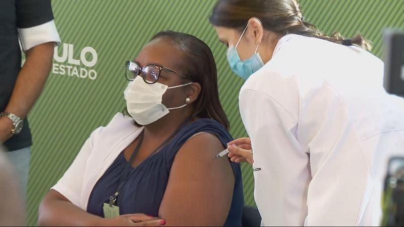 Enfermeira de São Paulo é a primeira brasileira vacinada contra a Covid-19. A enfermeira Mônica Calazans, de 54 anos, atua na linha de frente no combate à pandemia no Hospital Emílio Ribas. ©IB/SP https://t.co/34XSGtY2ev