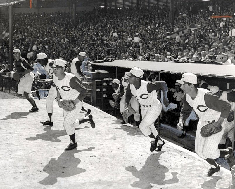 The 1960 #Reds take the field. Billy Martin at the far right. And if my eyes are not messing with me, that looks like Frank Robinson with his head down