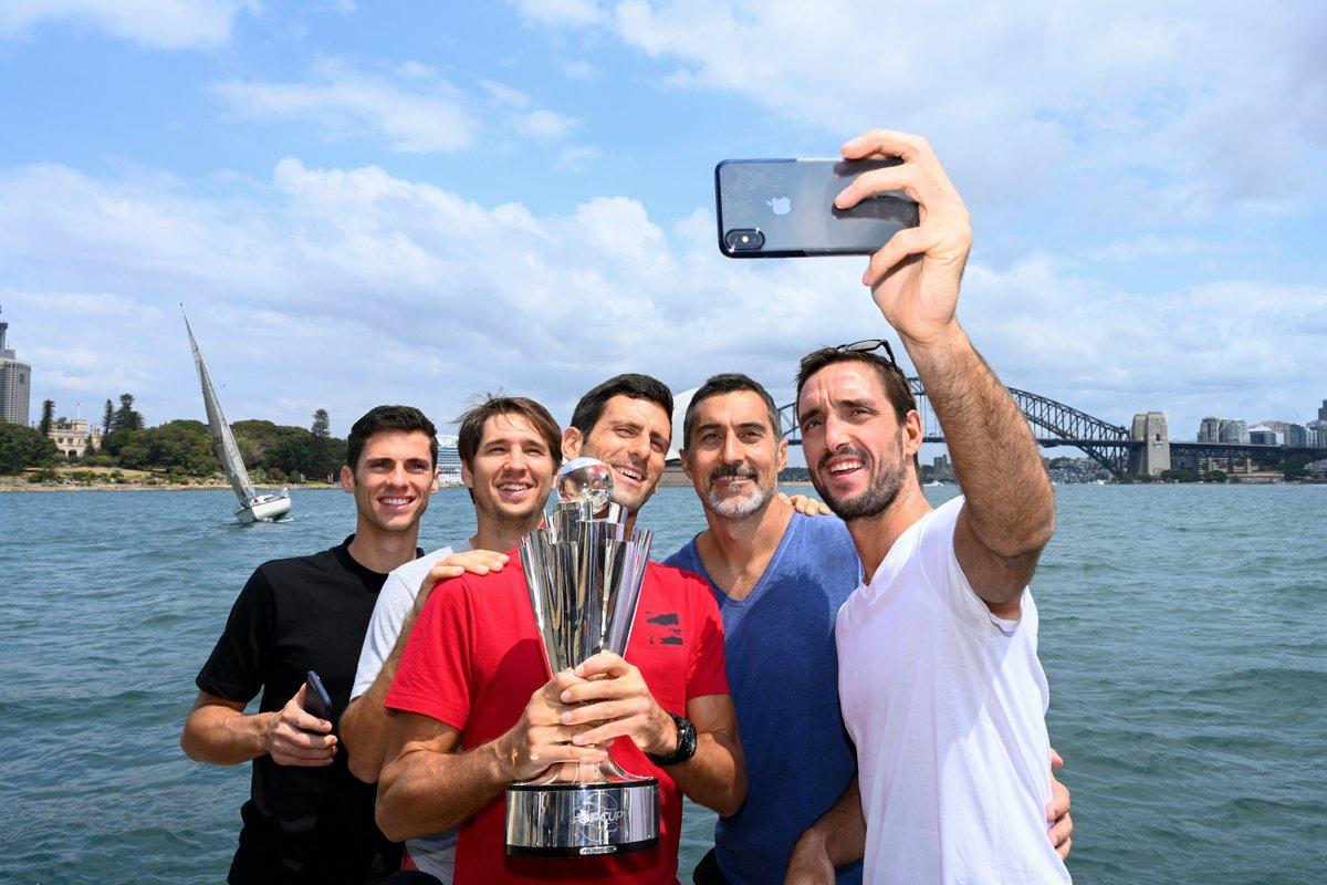 ¿Quién aparecerá este año en la 📸  de campeones?  @ATPCup | #TeamSerbia 🇷🇸