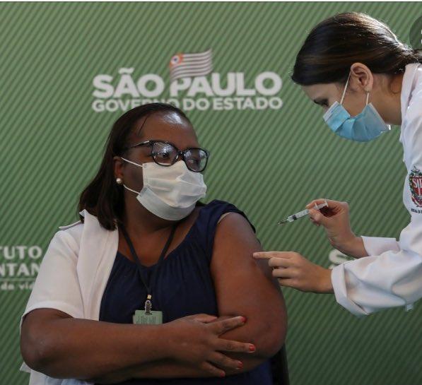 Que a vacina chegue (sem mais) tardar às milhões de Mônicas Calazans,Vanusas Kaimbé e a todos: pretos,indígenas,pardos, brancos e amarelos dos vários cantos deste nosso país.Que a vacina seja um direito e não só uma forma de plantar votos em 2022! Vacinação é direito,não é favor!