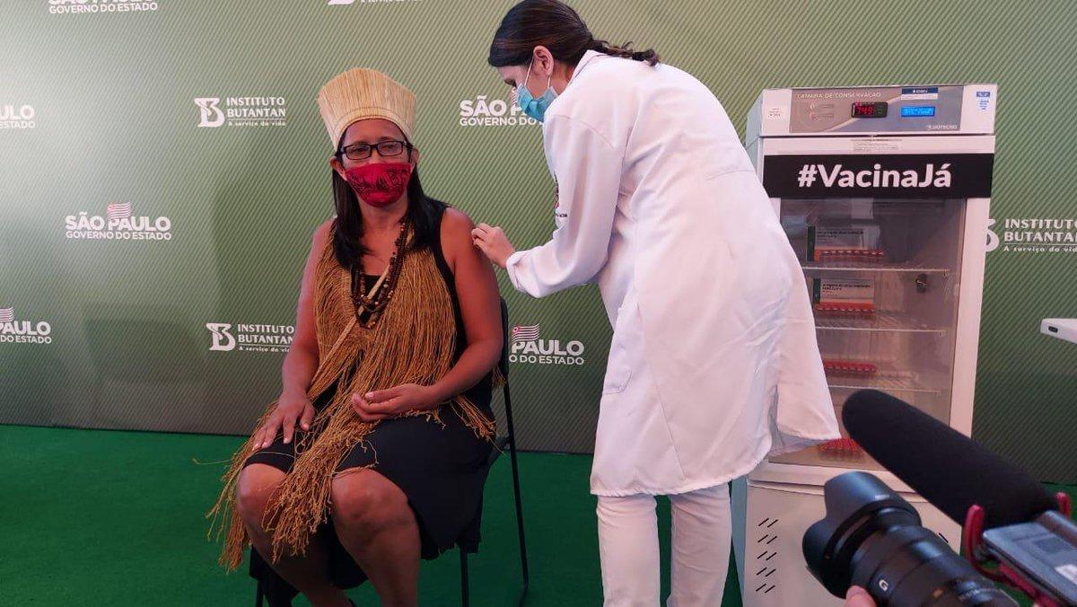 Seguindo o Plano Estadual de Imunização, a Vanuzia Costa Santos, 50 anos, é a primeira indígena vacinada do Brasil. Ela é Técnica de Enfermagem e Assistente Social. Mora na aldeia multiétnica Filhos dessa Terra, em Guarulhos -SP.