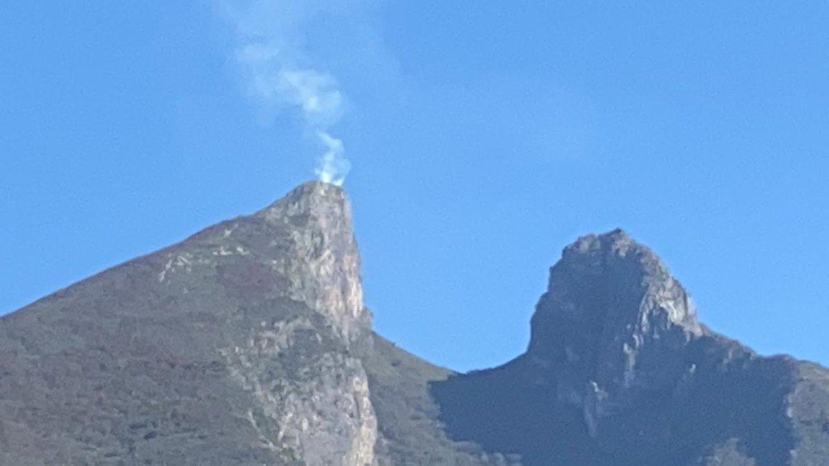 Un incendio en el pico norte del emblemático Cerro de la Silla en #NL moviliza a autoridades de @PC_NuevoLeon  y @PCGPE   Investigan quién pudo haberlo prendido o un efecto lupa, porque se supone que no hay acceso al lugar por la pandemia de #COVID19   @MtyFollow @AsiEsMonterrey https://t.co/hNRjTHgF5M