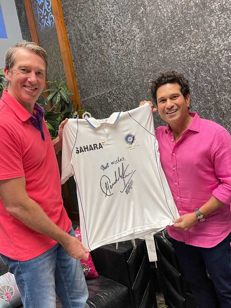 Happy to lend my support to @McGrathFdn's noble efforts during the #PinkTest to help patients dealing with breast cancer.  It was wonderful meeting Glenn McGrath after long. My best wishes to him, his team & especially the nurses who are the backbone of this initiative.  #AUSvIND