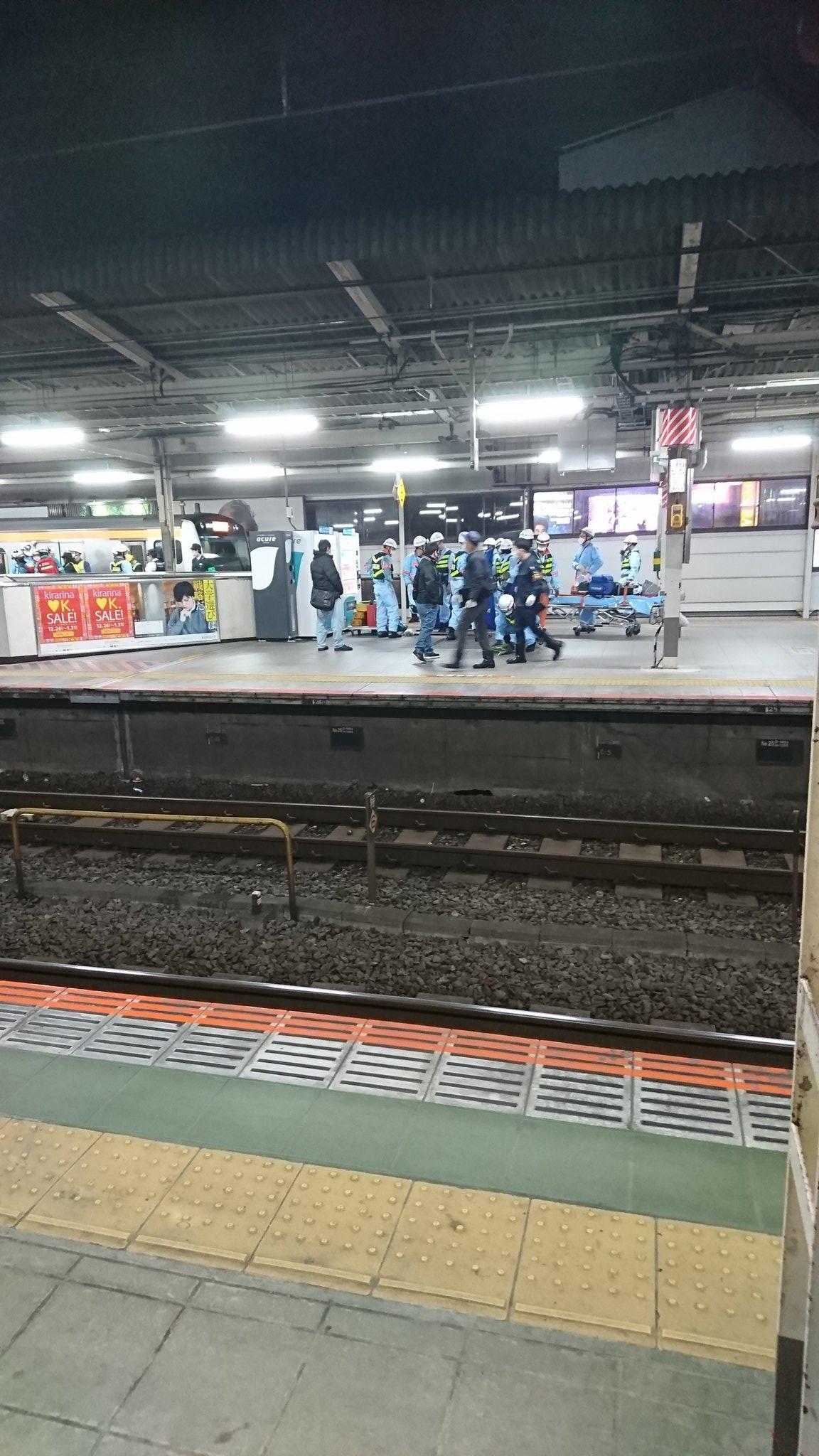 吉祥寺駅で人身事故が発生し救護活動している画像