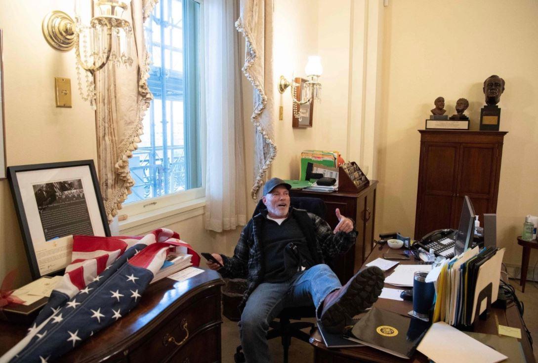 عاجل أحد أنصار ترامب يقتحم مكتب رئيسة مجلس النواب الأمريكي نانسي بيلوسي عين ليبيا