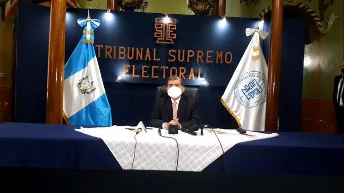 #EleccionesVisibles El Presidente del @TSEGuatemala , Mynor Franco, explico que estan pendientes las solitudes de cancelación los partidos @partidoune   y  @vamos_partido  , por amparos interpuestos que estan pendientes de resolver.