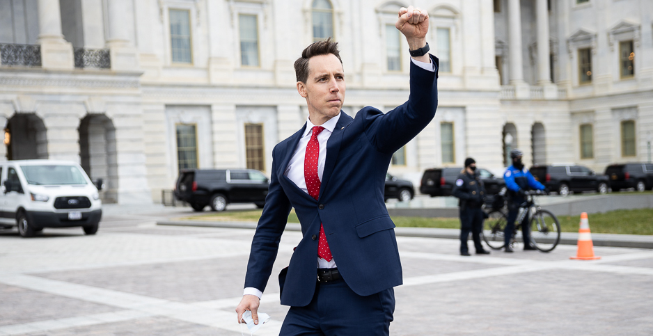From our Francis Chung, Sen. Josh Hawley greeting protesters in the east side of the Capitol before riots began. https://t.co/I8DjBCDuoP