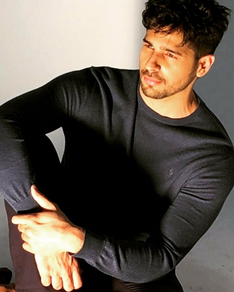 Last one month were very special for #SidharthMalhotra fans on 21st Dec #challonkenishaan and 23rd Dec Sid Announce #MissionMajnu and Now in Jan sid Birthday month, Sid will make Official Announcement of #ThankGod soon with #AjayDevgn and #RakulPreetSingh Directed by Indra Kumar