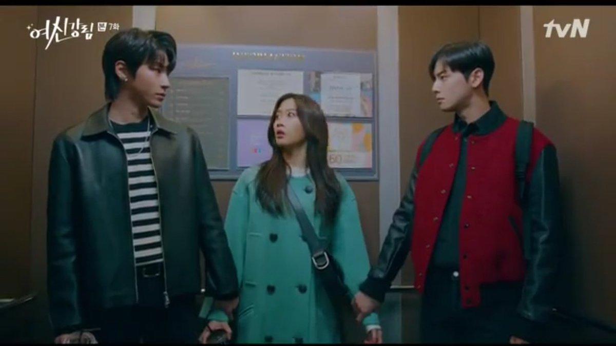 Asli lohhh, kalau lihat kejebak lift ingt adegan sebelah nya 😂 sama2 triangle love lagi, wkwkwk. Tp di #TRUEBEAUTY dr sejak webtoon, tim first lead, nah di #startup tim sec lead. Hahaha Met bertarung suhoo rebutin jukyung, wkwkwk #TrueBeautyEp7 #StartUpEp15 #CHAEUNWOO #KimSeonHo