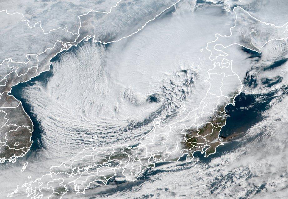 低気圧に眼ができてる. 発達している台風の中心には眼ができますが,台風と同様に中心付近に暖気核を持っていて急発達する低気圧によくみられる構造です.この低気圧が北日本に進んで日本海側各地に暴風雪をもたらしています.暴風雪・大雪にどうかお気をつけください.