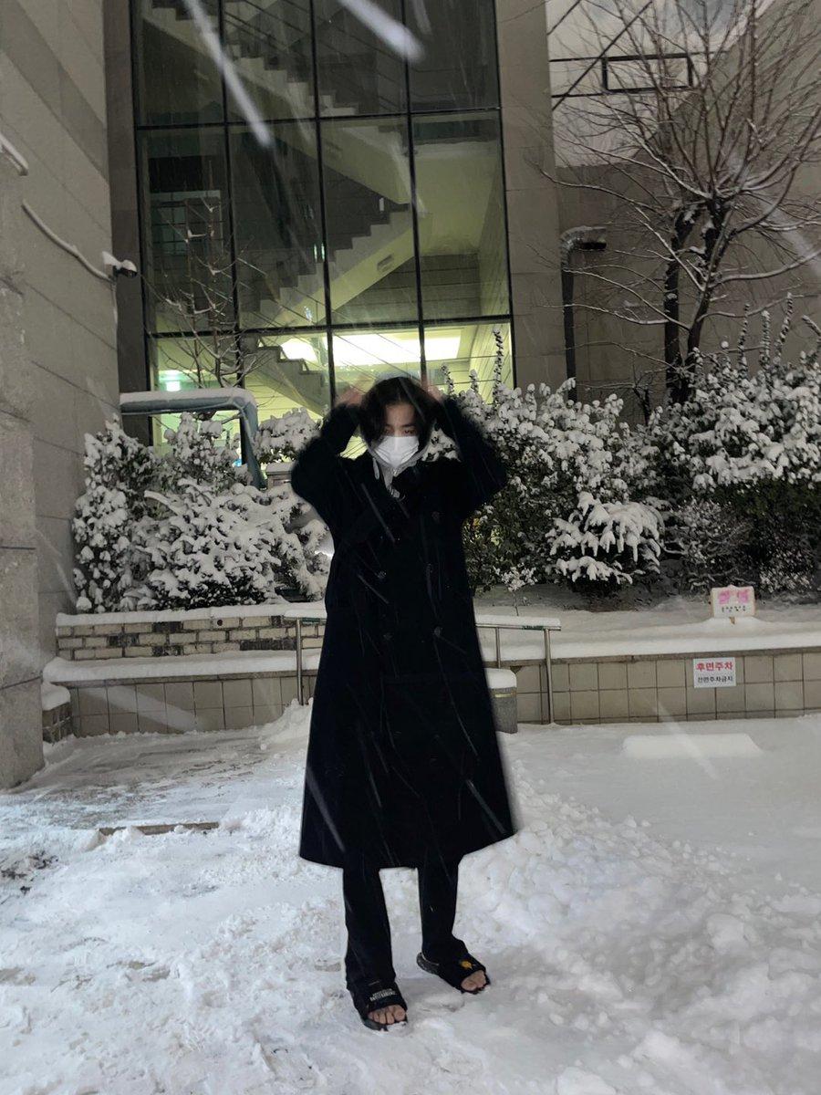 Hyungwon bien feliz   //   Yo en mi cama en la nieve con               con frío cuando  sandalias                         ya salió el sol