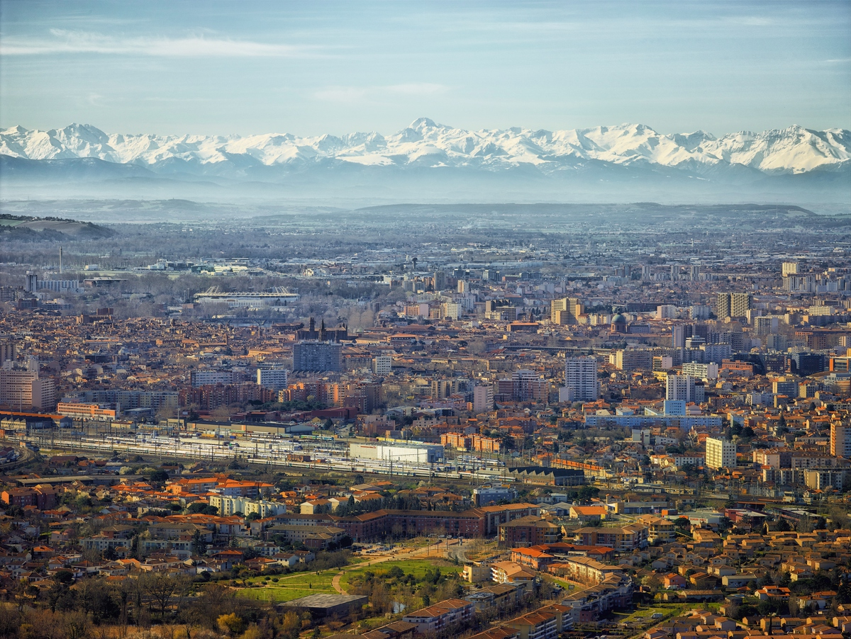 What better #FridayVibes than #Toulouse and the #Pyrenees on a clear winter's day. Have a wonderful weekend! ❄️  #visiteztoulouse #mountain #explorefrance  © D. Viet https://t.co/eogBA5gqK4