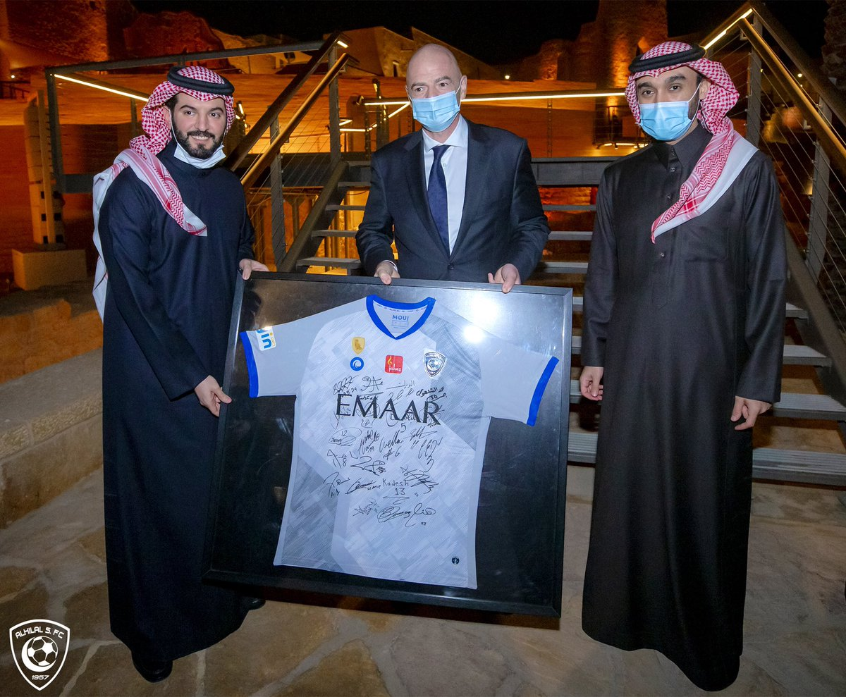 👕 💙 Mr. @Fahad_Alotaibi_ presents #AlHilal's Jersey to @FIFAcom President Mr. Gianni Infantino ..