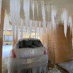 水道管が破裂した結果?駐車場が氷柱だらけになる!