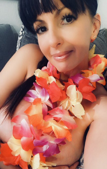 Aloha! 🌺 We all need a vacation. Thank you for coming to my live cyber vacation cam show! 💋https://t