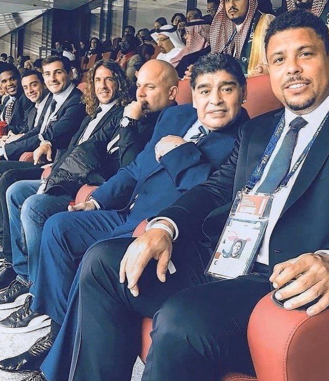 Imagínate estar en un partido y que te toque sentarte a lado de tanta leyenda 🤩  ¿Cuál de todos estos cracks es tu favorito? 🔥  #Ronaldo #Maradona #Puyol #IkerCasillas #Xavi #Eto #Futbol #Deportes