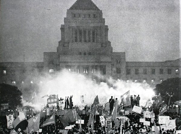 The MAGA invasion of the US Capitol recalls similar events in Japan - the 1960 Anpo protests also saw an invasion of the National Diet and one woman killed.  I wrote a whole book on this!  A thread on similarities, differences, and consequences for US society going forward...