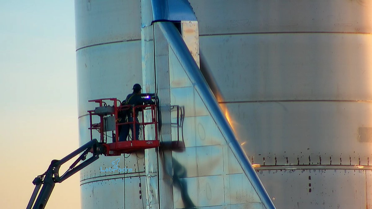 Last minute control surface tacking ahead the upcoming SN9 suborbital launch. #SpaceX #BocaChica #Texas #Starship https://t.co/ESkVwhNol6