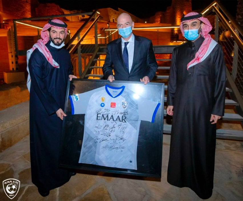 👕  #فهد_الهلال  يهدي رئيس   @FIFAcom  قميص  #كبير_آسيا  💙😍   #الهلال 