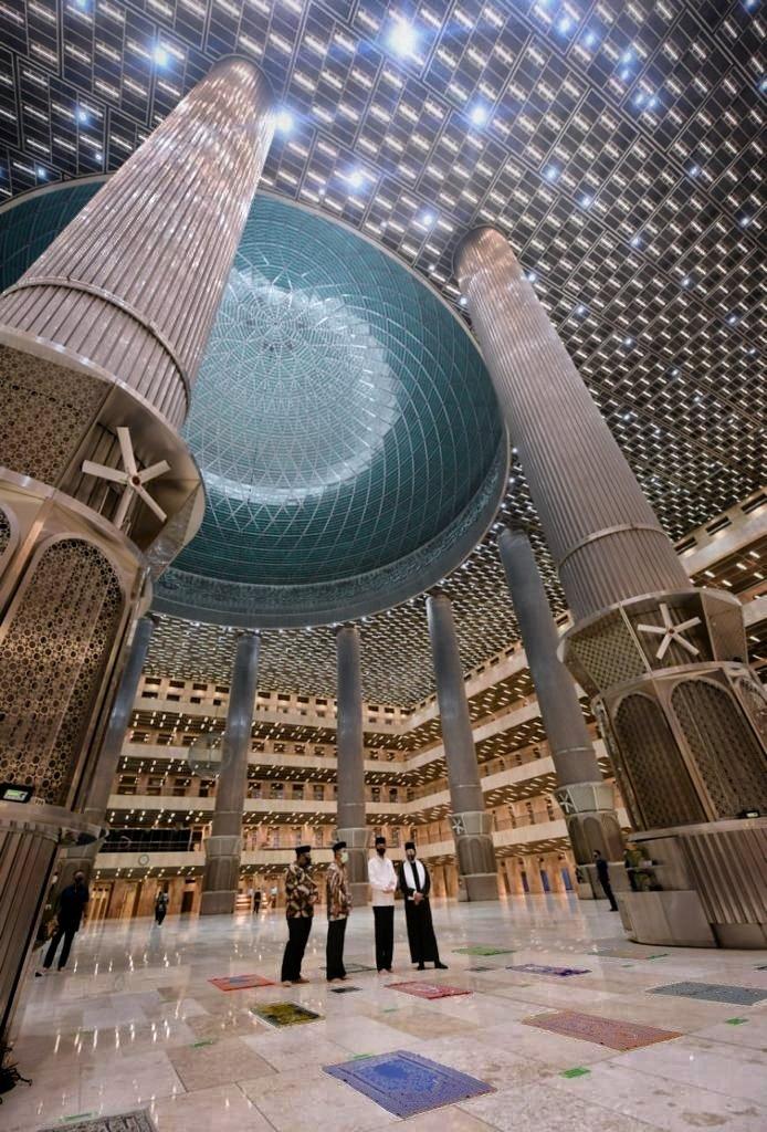 Alhamdulillah, renovasi Masjid Istiqlal telah selesai. Fasad, lantai, dinding, sampai ruang wudhu, telah berubah. Tata cahayanya makin indah, lanskap semakin rapi, dan sebagainya.   Semuanya kian memberi rasa nyaman untuk beribadah, bahkan bagi yang sekadar datang berkunjung.