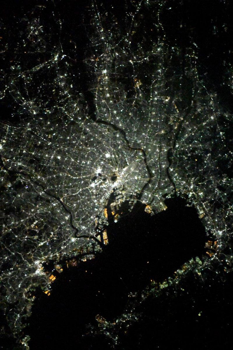 #緊急事態宣言 発令直後、1/7夜23時の東京です。心なしか灯が少ないような。こんな厳しい状況でも献身的に働いてくださっている医療従事者およびエッセンシャルワーカーの皆様に、そして頑張っているすべての皆様に、改めて #宇宙 からエールを送ります。