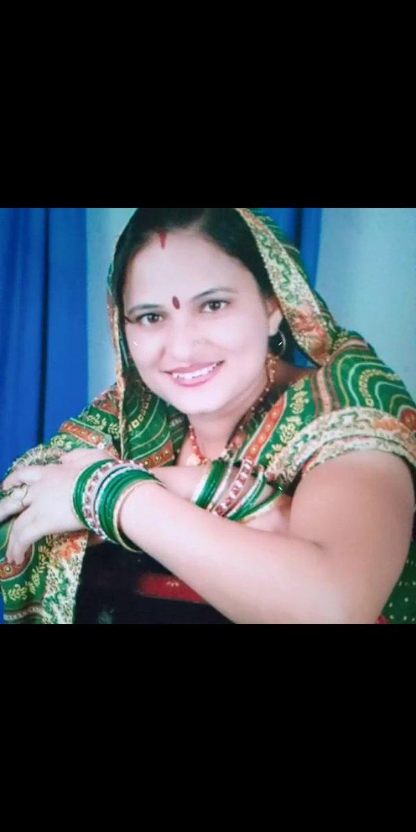 @MadhuriDixit Aapki style me photo meri mamma ka