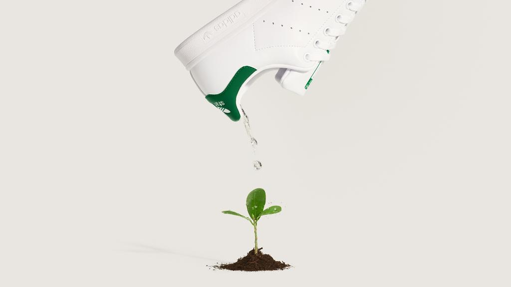 Always a classic, the iconic Stan Smith is back with a fresh take on the silhouette. This time, the sneaker comes wrapped in PRIMEGREEN, a series of high-performance recycled materials, as we journey to help #ENDPLASTICWASTE. #STANSMITHFOREVER