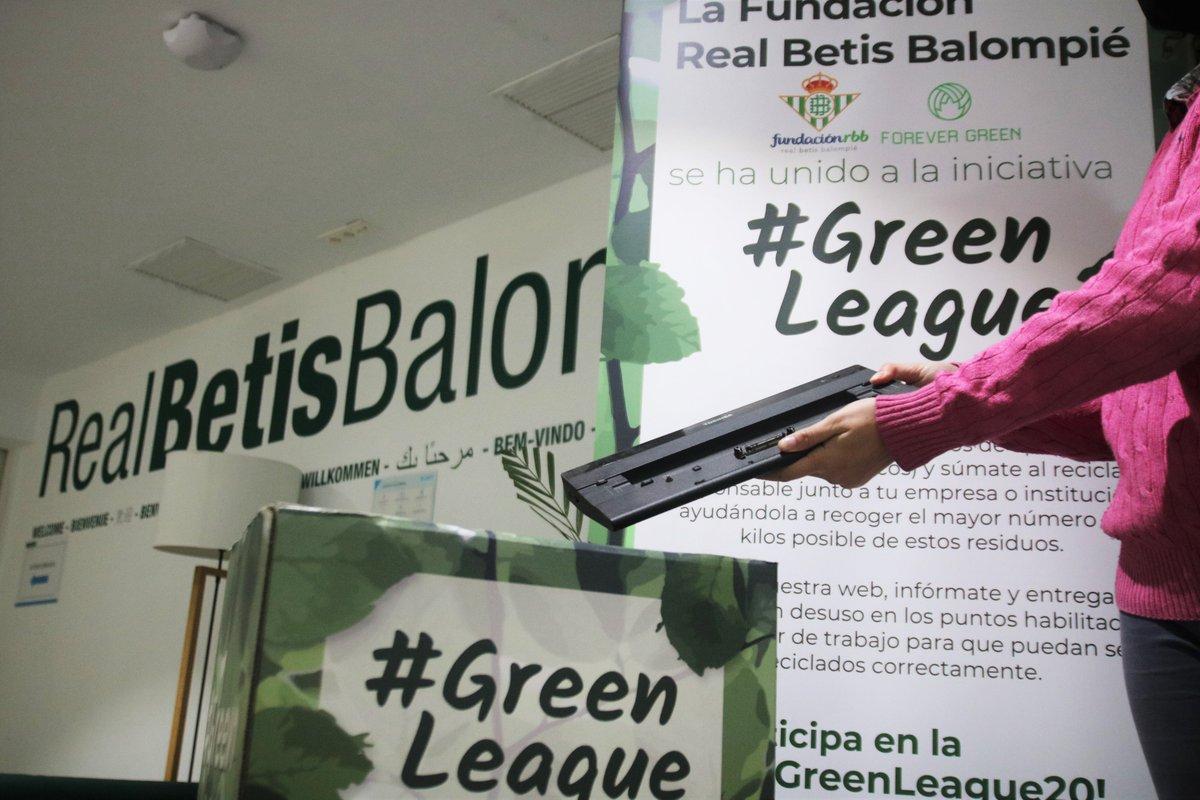 ¡El @RealBetis sigue con su compromiso con el medio ambiente! 🌳🍃💚   Los trabajadores del Club están participando activamente en la campaña de reciclaje de RAEE #GreenLeague20 🔌♻️  Juntos protegiendo nuestro planeta 🤗🌍  #ForeverGreen