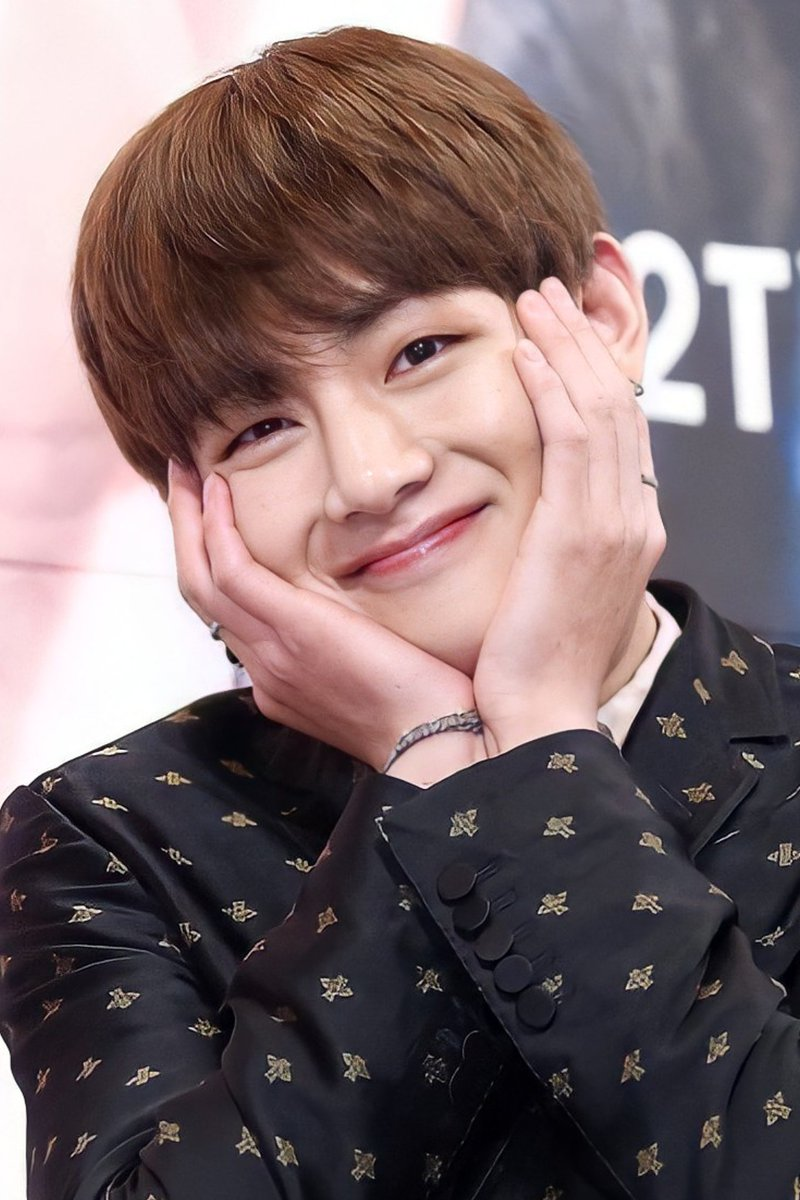 Your smile is a key, to my unlock happiness.! Cutie tae 😍 . . . . . . #KimTaehyung #TAEHYUNG #방탄소년단알엠 #TaehyungYouArePerfect #BTSV  #김태형 #뷔생일ᄎᄏ #뷔 #방탄소년단뷔 @BTS_twt
