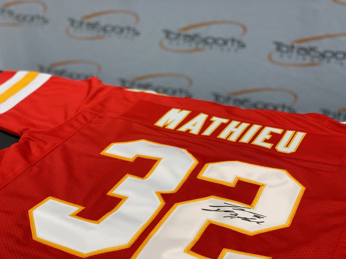 🚨Giveaway🚨  This giveaway includes a signed @Mathieu_Era jersey, a Big Red Hoodie, and a hat signed by Andy Reid!  To enter: 1️⃣RETWEET 2️⃣FOLLOW @ArrowheadLive, @TSEKansasCity, and @SOMissouri  ⏳Giveaway ends 1/15 @ 7pm CT⏳ #Chiefs | #ChiefsKingdom | #WPMOYChallenge + Kelce
