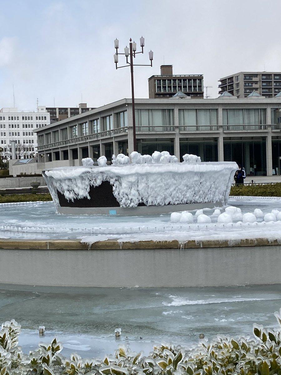 あまりの寒さに平和公園の噴水が凍てしまった!自然現象からの芸術作品