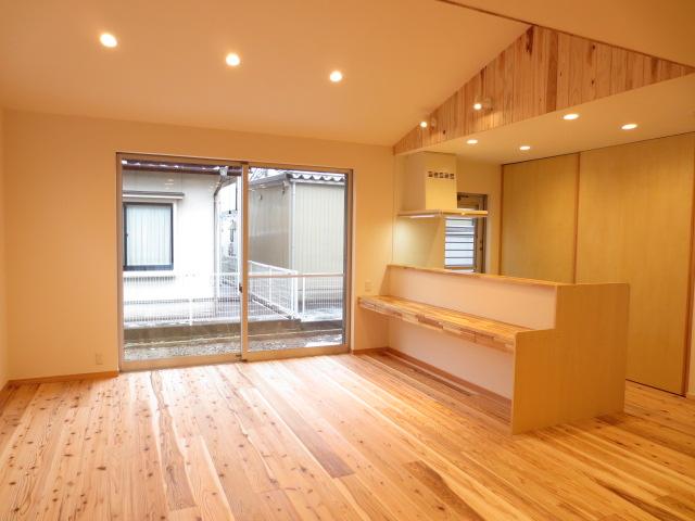 M様邸。天井に勾配をつけることで、天井が高く開放感あるダイニングへと仕上がりました✨SW工法とうづくりの床により、天井が高くても快適な住空間です😆 #いなばハウジング #鳥取の家づくり  #マイホーム計画中の人と繋がりたい  #施工事例 #SW工法 #うづくりの床 https://t.co/WmNYHggDOn