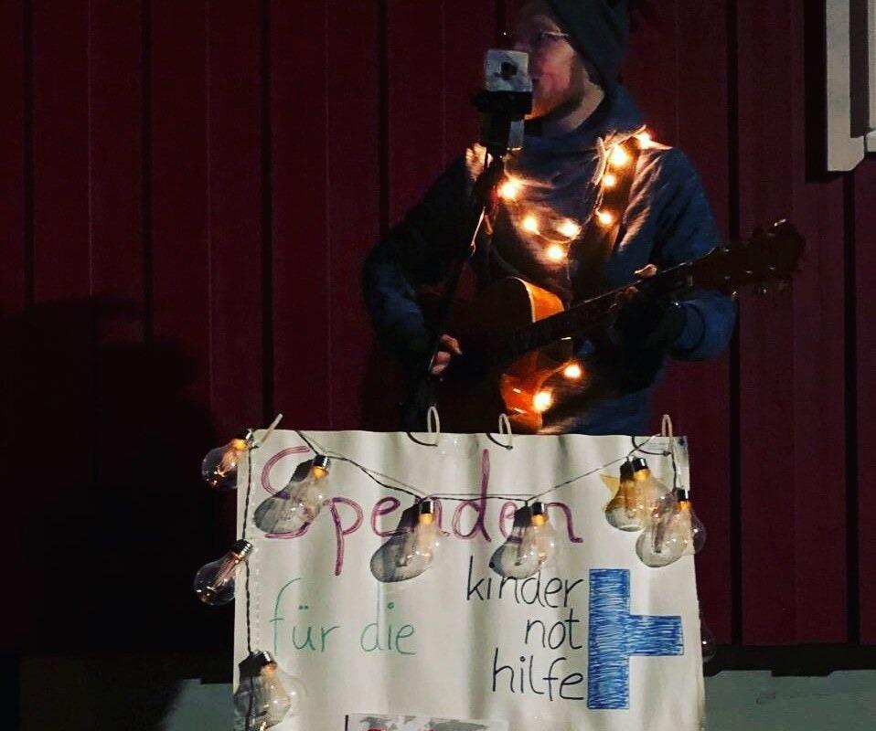 Trotz Regen und Kälte spielte Johnnie Webber aus Otterstadt in der Weihnachtszeit #Charity-Konzerte auf der Straße und sammelte fleißig #Spenden. Dabei kamen 660 Euro für unsere Projekte zusammen. Wir sagen #Danke! Mehr dazu hier: https://t.co/STZI7SLsZN #kinderrechteschützen https://t.co/K4jWAKXVkR
