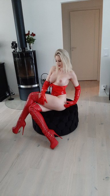 I have a live show tonight's on onlyfans. Swedish time 21.00 I will be naught and get a facial. Everyone