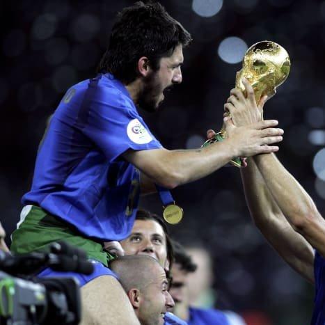 من منكم يتذكر كأس العالم 2006🏆وتتويج إيطاليا 🇮🇹🥇 باللقب على حساب فرنسا 🇫🇷 بفضل جيل رائع من اللاعبين من بينهم جنارو غاتوزو؟  عيد ميلاد سعيد لنجم إيطاليا السابق ومدرب نابولي الذي يحتفل اليوم بعيد ميلاده الـ43🎊🥳🎉