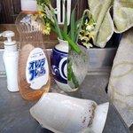 花瓶が割れた結果?中身の水が花瓶の形に凍っていた!