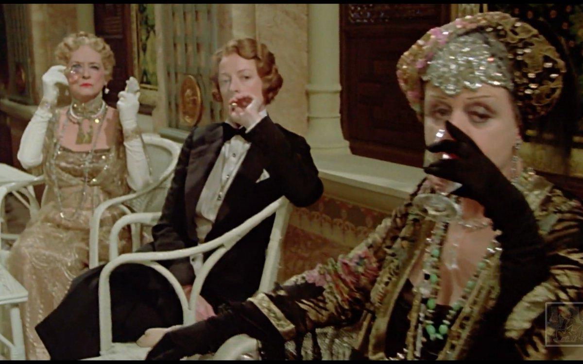 Bette Davis, Meggie Smith -in un vestito da uomo- e Angela Lansbury, in un'unica inquadratura. È tutto quello che posso dire alle nuove generazioni.