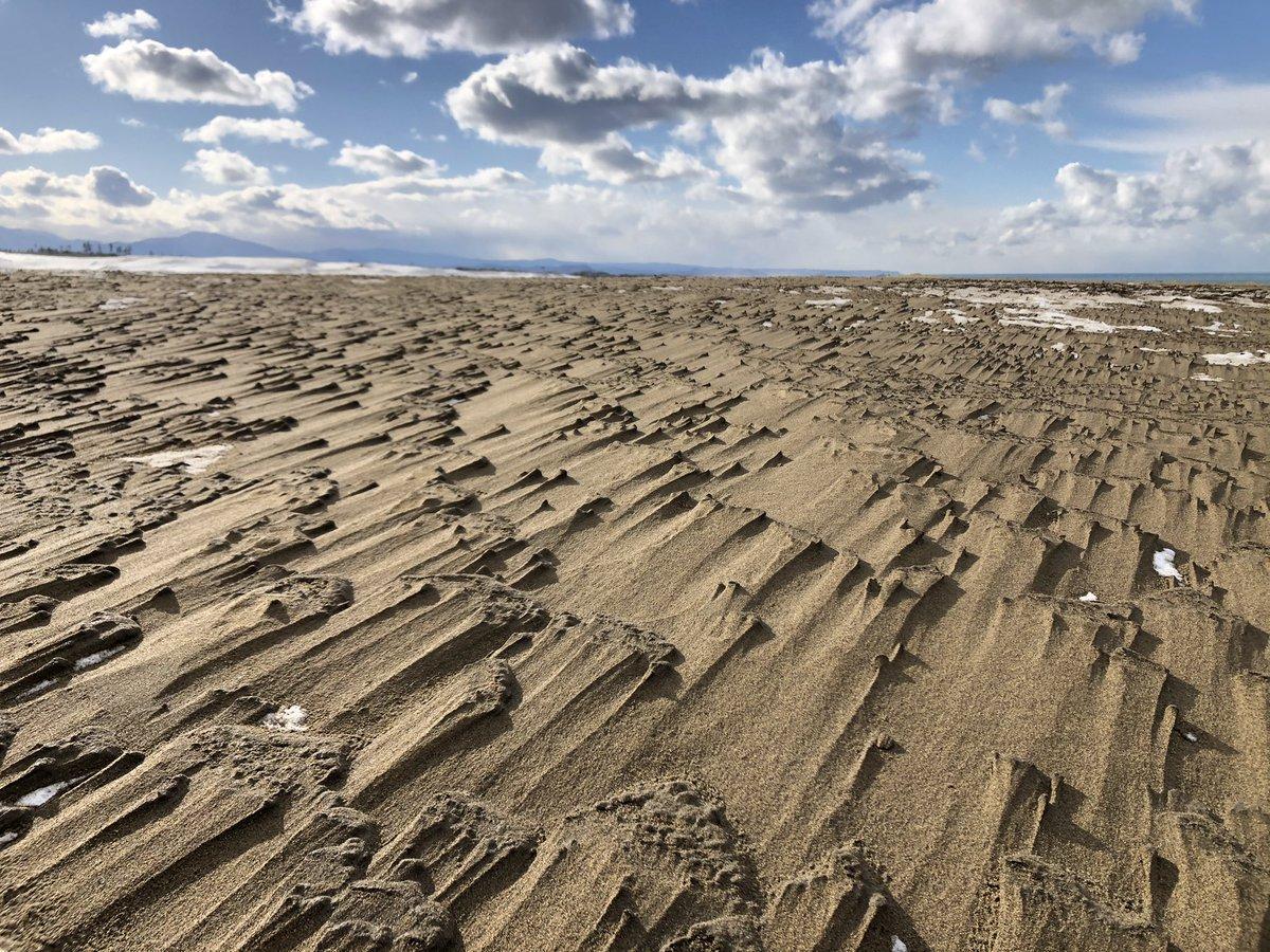 砂に積もった雪の上にまた砂が積もって踏むと不思議な感覚だった  #鳥取砂丘