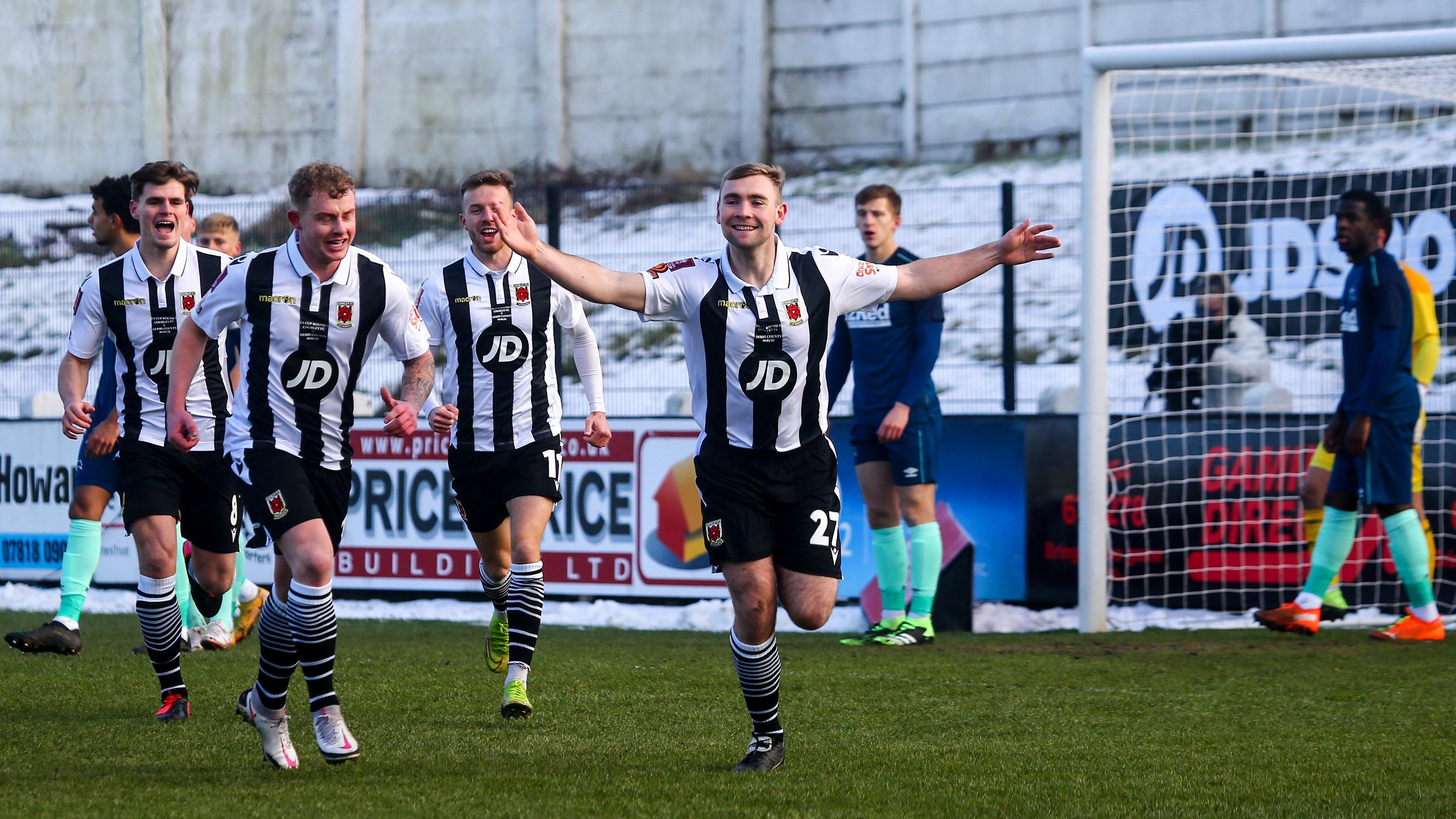 Los jugadores del Chorley celebran un gol.