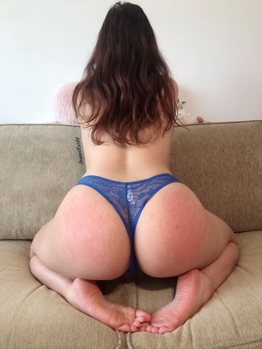 2 pic. As a tradition, I'm participating for Booty of the Year in 2021 too! 🎉If you feel like supporting