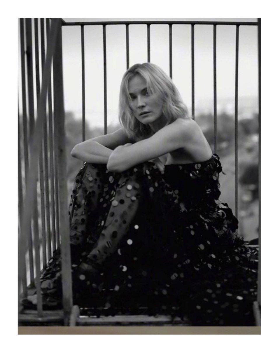 #ヴァレンティノダイアリー のブラックシアードレスを着用し #ダイアンクルーガー が#VogueGreece 1月号の表紙を飾りました フォト: #MarkSeliger #ValentinoNewsstand
