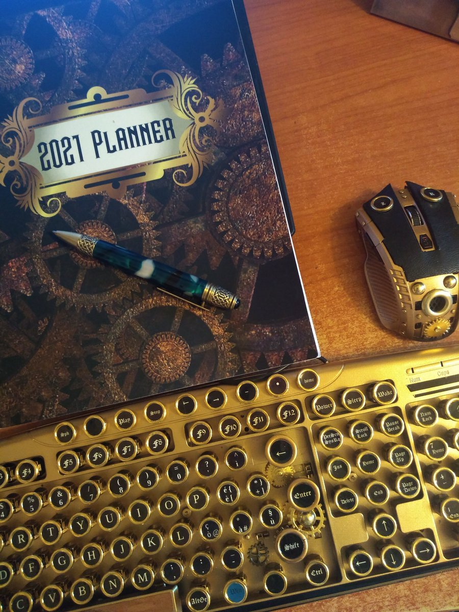 #Geek 🤓 Awesome of the Day ⭐ ➡️ #Steampunk ⚙️ #Victorian #Computer 🖥️ Keyboard ⌨️ Mouse 🖱️ Journal 📝 via @writerinitaly #SamaGeek 🧐 ➡️ View More Selections 👉 https://t.co/Kugls3IJqU