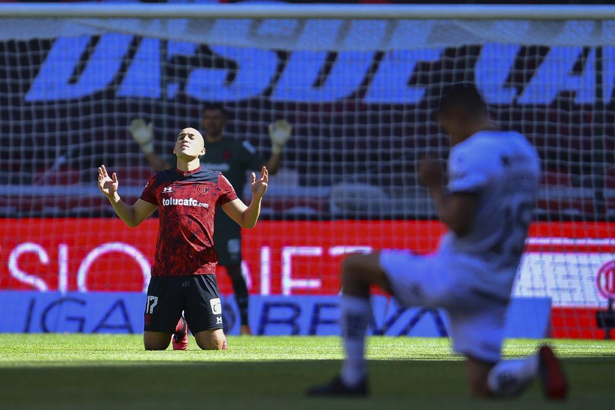 Jorge Torres Nilo sale lesionado a los 74' en su debut con Toluca. https://t.co/4wVKqfxoFa