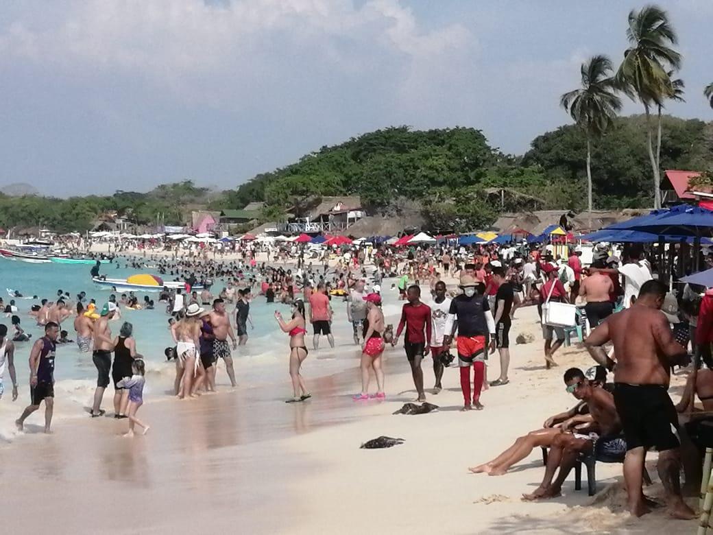 """Así está Playa Blanca en este momento. La reactivación económica y turística de Cartagena se hace con responsabilidad y control o pasaremos de """"hoteles y playas llenas"""" a """"UCI y cementerios llenos"""". Somos la capital turística del COVID-19. #SOSCartagena  Foto: @ElUniversalCtg"""
